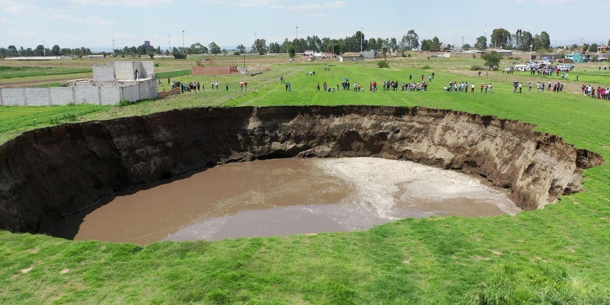 Así fue el rescate de dos perritos que cayeron a un hoyo gigante en México