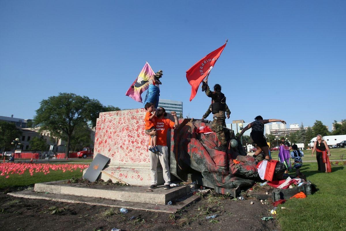 Activistas derriban estatua de la reina Victoria en Canadá
