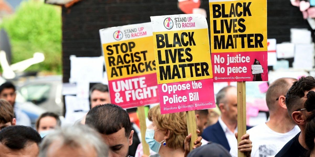 Insultó a sus vecinos por el color de su piel y cientos de personas llegaron a protestar al frente de su casa