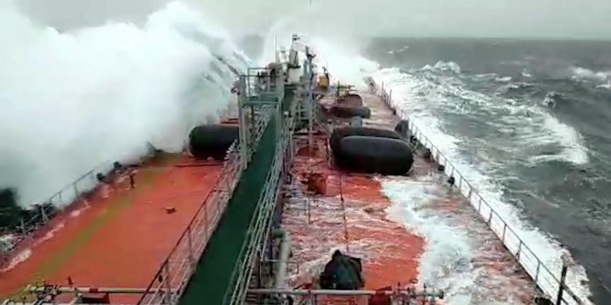 Una ola rompió un barco por la mitad en medio de una fuerte tormenta en el Mar Báltico