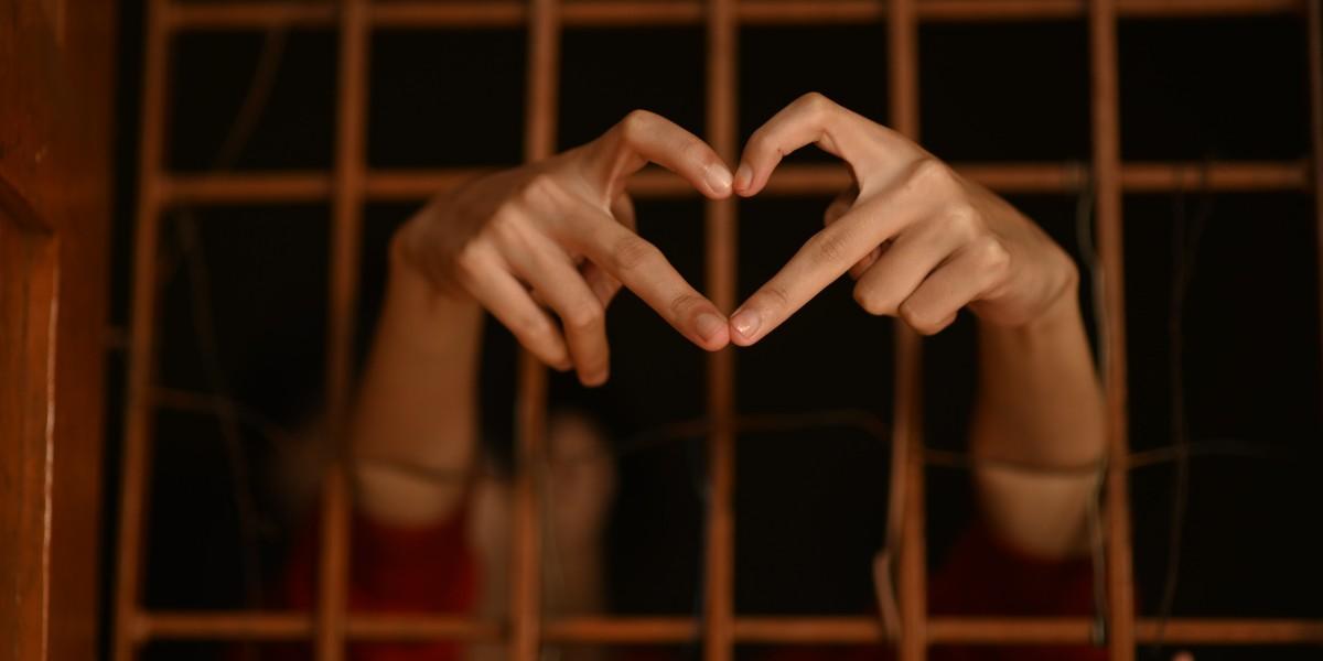 Cada vez más personas envían cartas a los prisioneros para iniciar relaciones amorosas