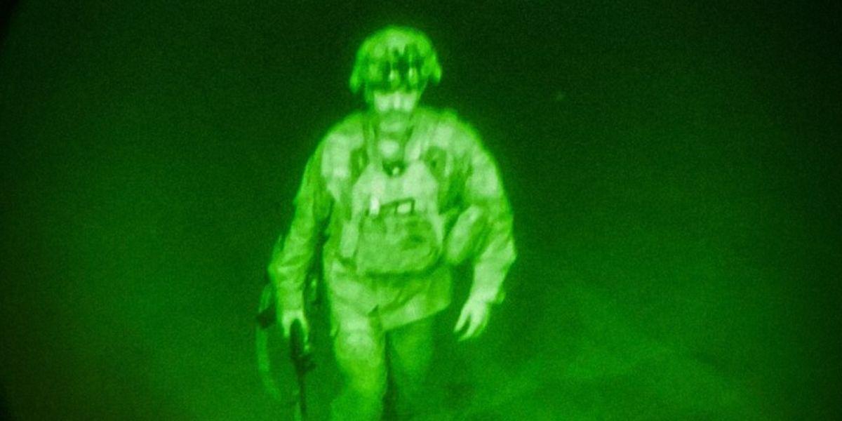 Por qué es tan importante la foto de Chris Donahue, el último soldado estadounidense en dejar Afganistán