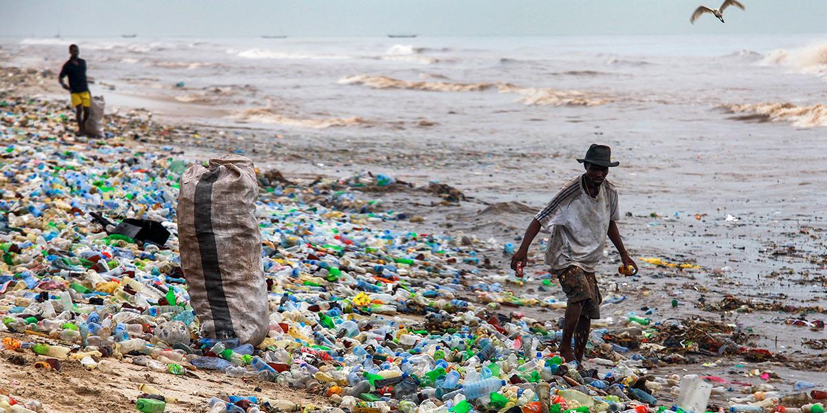 Contaminación plástica en una playa africana