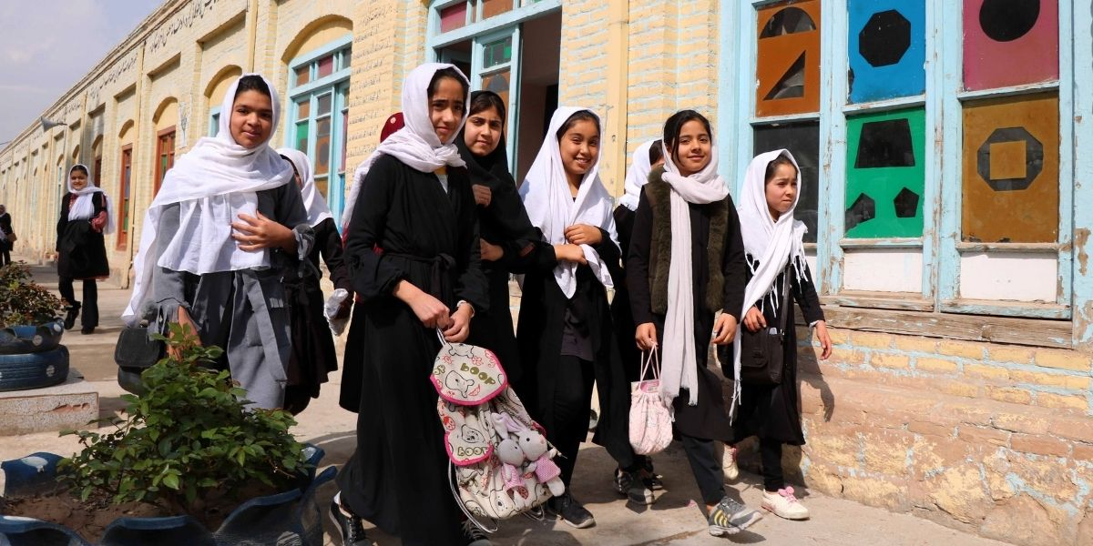 Los talibanes usan cortinas para segregar por género las aulas en Afganistán
